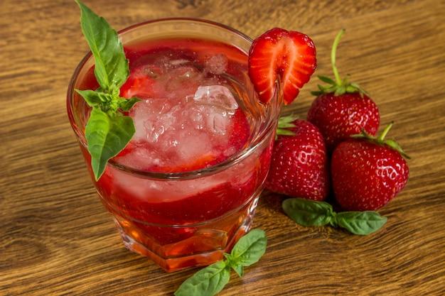 Boisson glacée à la fraise sur une table en bois