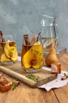 Une boisson avec des glaçons avec des fleurs dans un verre