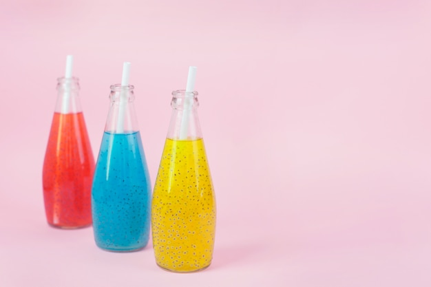 Boisson de graines de basilic dans des bouteilles en verre
