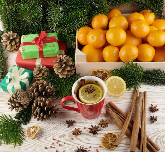 Boisson d'hiver aux épices sur fond de nouvel an festif