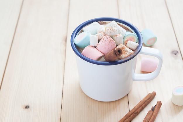 Boisson d'hiver, chocolat chaud avec guimauve et bâton de cannelle
