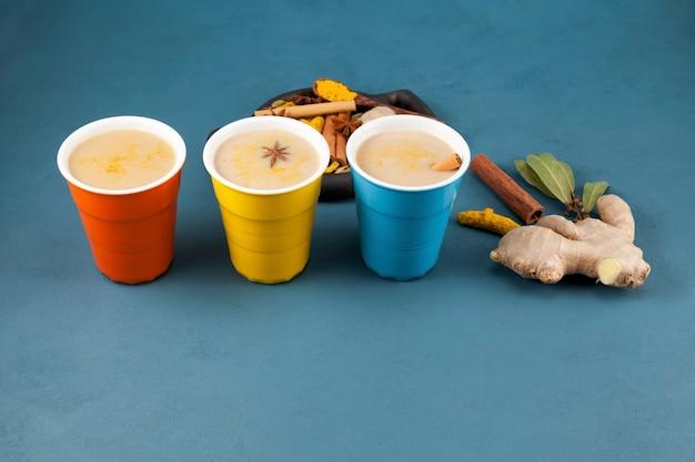 Boisson indienne populaire thé karak ou masala chai. préparé avec addition de lait, variété d'épices.