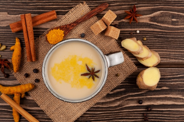 Boisson indienne populaire thé karak ou masala chai