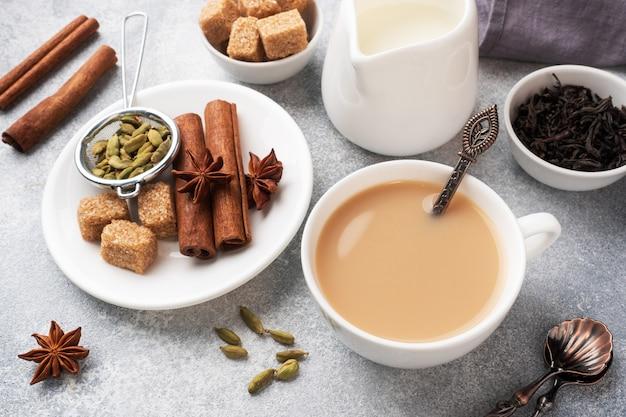 Boisson indienne thé masala avec du lait et des épices. la cardamome colle le sucre de canne à l'anis étoilé.