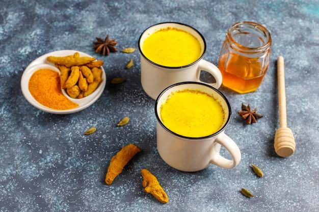 Boisson indienne traditionnelle au curcuma au lait doré.