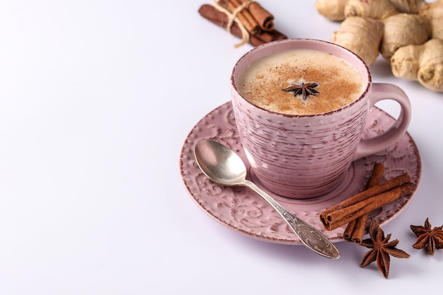 Boisson indienne traditionnelle, thé masala sur blanc