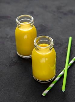 Boisson latte au curcuma jaune lait doré avec cannelle, gingembre curcuma et miel sur table en béton noir