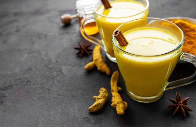 Boisson de latte au curcuma jaune.