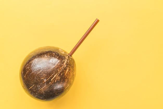 Boisson à la noix de coco avec de la paille