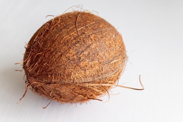 Boisson. noix de coco sur la table