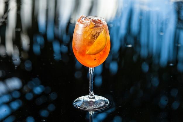 Boisson à l'orange sur fond tropical