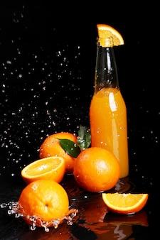 Boisson à l'orange fraîche avec des éclaboussures d'eau
