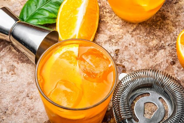Boisson orange avec de la glace