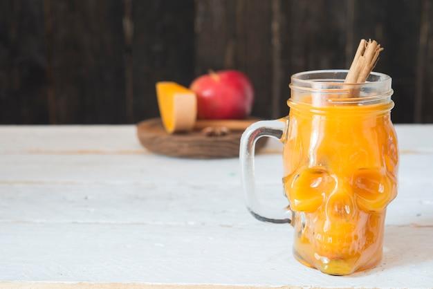 Boisson pour citrouille d'halloween, pomme, cannelle et anis étoilé