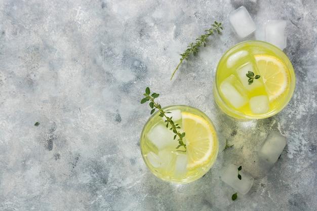 Boisson rafraîchissante au citron pétillant en verre. soda limonade aux herbes. copiez l'espace.