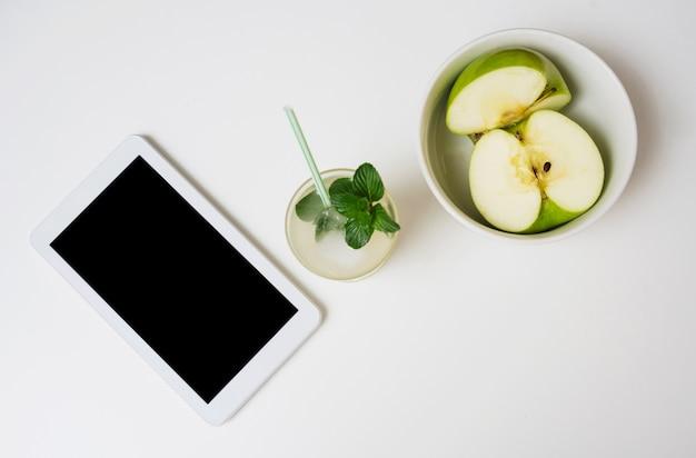 Boisson rafraîchissante aux pommes et tablette