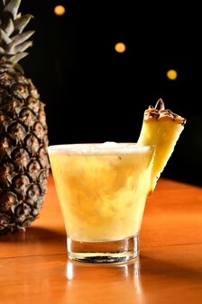 Boisson rafraîchissante à la caipirinha à l'ananas