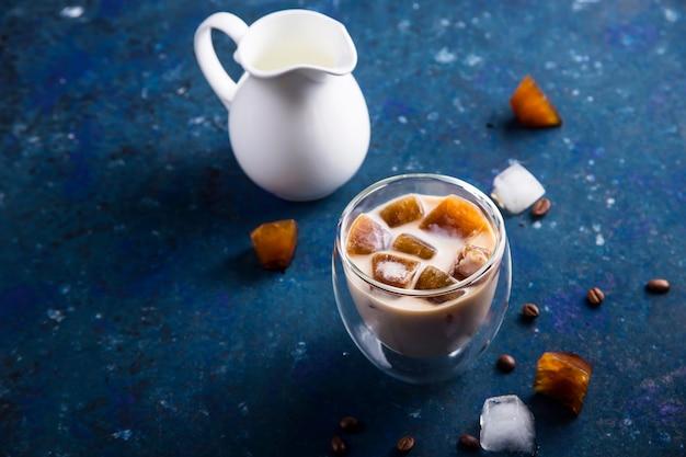Boisson rafraîchissante en été avec café glace et lait sur une table bleue