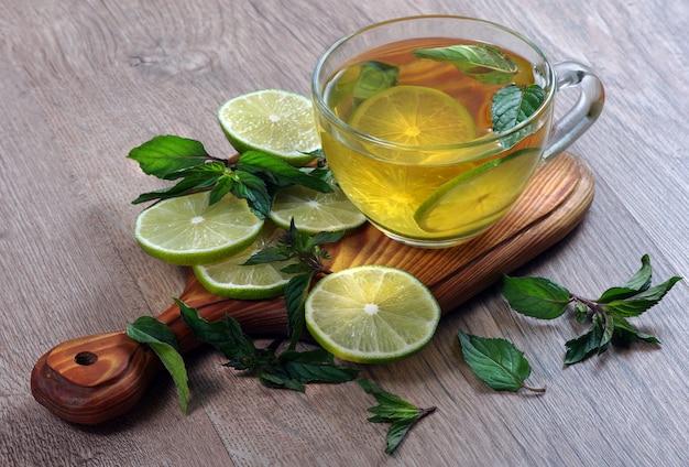 Boisson rafraîchissante à la menthe et citron vert.