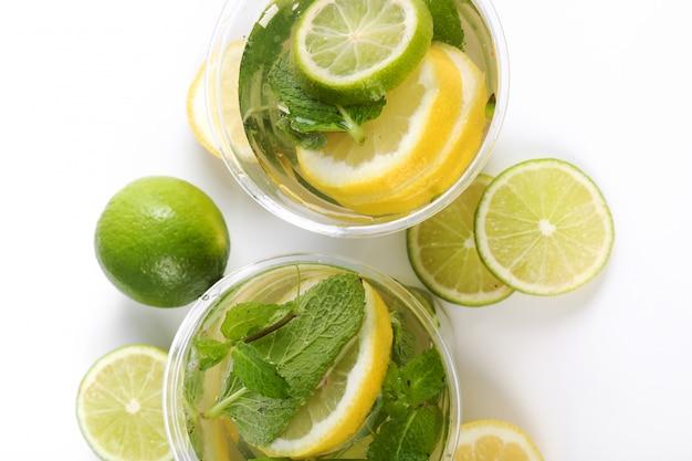 Boisson rafraîchissante avec des tranches de citron