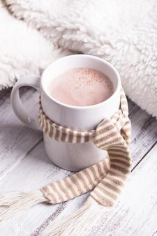 Boisson réchauffante - tasse de cacao avec du lait sur la table