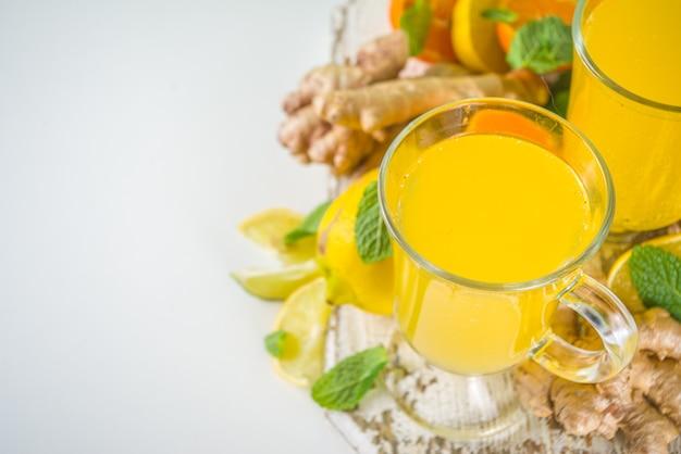 Boisson saine aux vitamines naturelles stimulant le système immunitaire pour résister au virus. jus de gingembre et d'agrumes bio frais