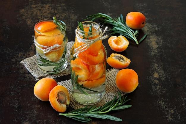 Une boisson saine de désintoxication abricot au romarin.