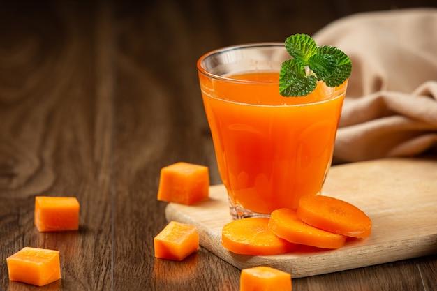 Boisson saine, jus de carotte frais