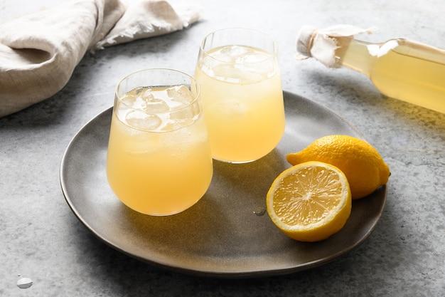 Boisson saine kombucha maison en bouteille et verre au citron