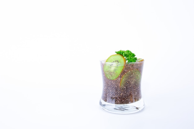 Boisson saine en verre avec graines de chia, kiwi et jus de citron isolé sur fond blanc