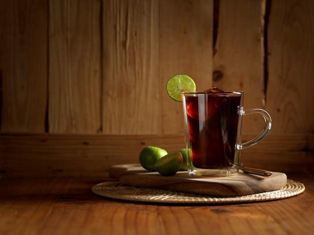 Boisson de style thaïlandais thé glacé au citron sur table en bois