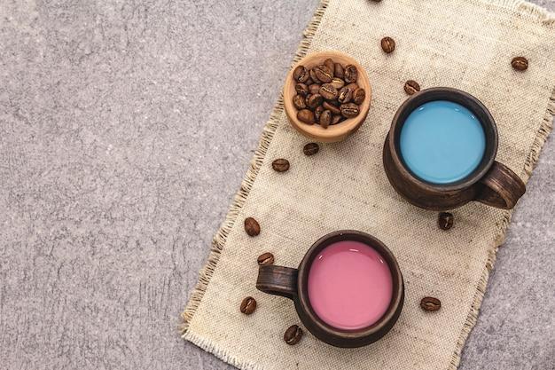 Boisson tendance latte bleu et rose. lavande ou spiruline et rose, betterave ou café framboise. fond de béton de pierre