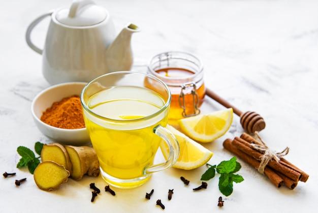 Boisson tonique énergétique au curcuma, gingembre, citron et miel