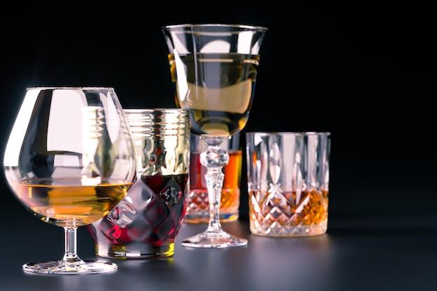 Boissons alcoolisées fortes, dans des verres sur fond sombre
