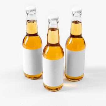 Boissons alcoolisées à grand angle avec des étiquettes vierges