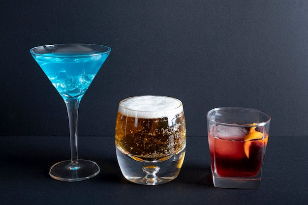 Boissons alcoolisées en gros plan prêtes à être servies