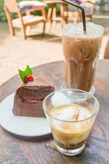 Boissons au café et gâteau forêt noire