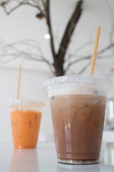 Boissons au lait glacé dans un café blanc, stock photo