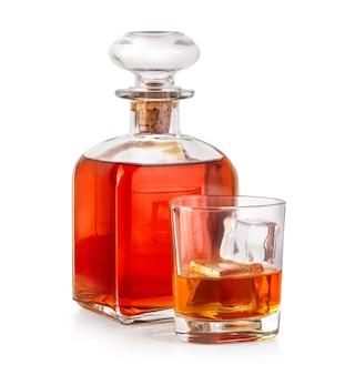 Boissons au whisky avec bouteille sur blanc avec chemin de détourage