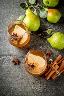 Boissons d'automne. vin chaud. cocktail épicé d'automne traditionnel à la poire