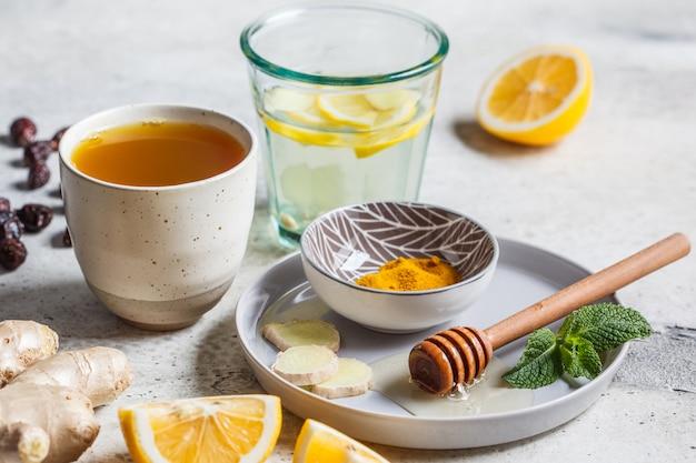 Boissons chaudes avec curcuma, gingembre, miel, menthe et citron. boisson pour stimuler le concept d'immunité.