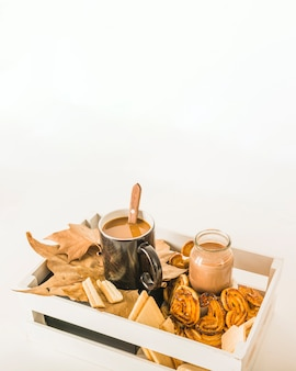 Boissons chaudes et pâtisserie en boîte