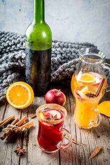Boissons et cocktails traditionnels d'automne et d'hiver. sangria épicée chaude d'automne blanc et rouge avec anis, cannelle