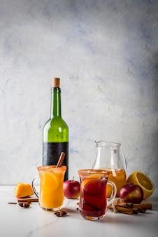 Boissons et cocktails traditionnels d'automne et d'hiver. sangria épicée chaude d'automne blanc et rouge