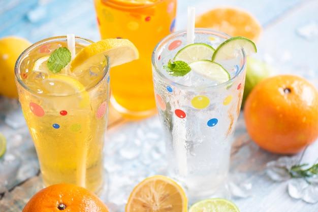 Boissons d'été boissons froides rafraîchissantes verres cocktail de fruits frais thé mojito citron citron vert orange