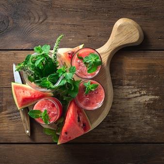 Boissons d'été pastèque mojito sur fond en bois avec copie espace vue de dessus