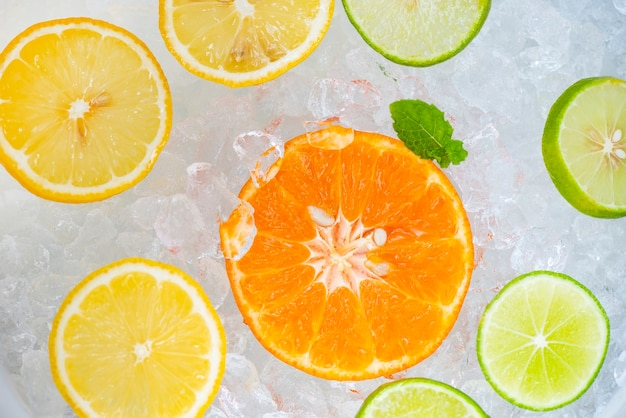 Boissons d'été rafraîchissantes de boissons froides fruits frais sur seau à glace cocktail thé avec mojito citron citron vert orange