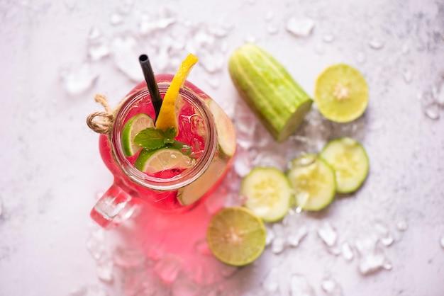 Boissons d'été rafraîchissantes de boissons froides verres cocktail de fruits frais thé citron citron vert concombre juteux