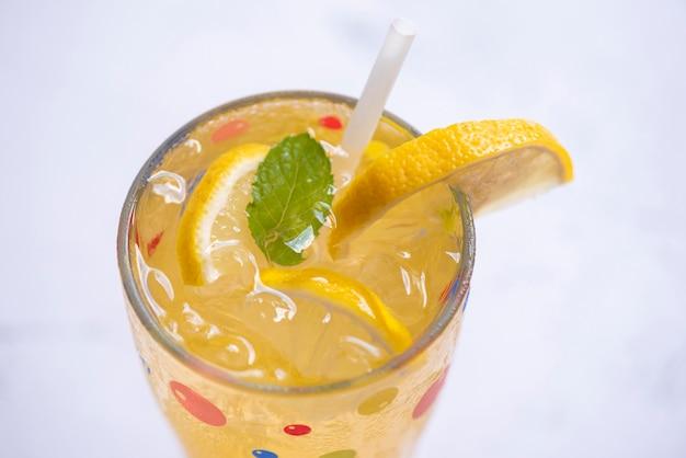 Boissons d'été rafraîchissantes de boissons froides verres fruits frais citron boisson d'été tranche de citron juteuse