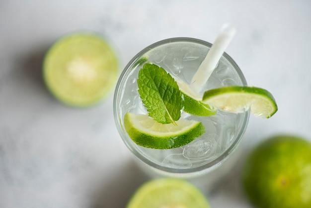 Boissons d'été rafraîchissantes de boissons froides verres de fruits frais mojito citron lime boisson d'été juteuse